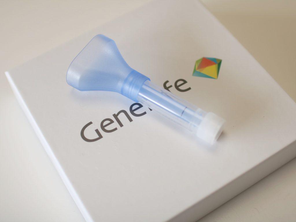 遺伝子キットの中身はこんな感じの容器に唾液を入れます